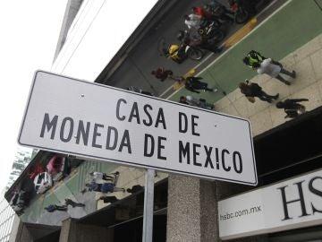 Vista de una señal de ubicación frente a la Casa de Moneda de México