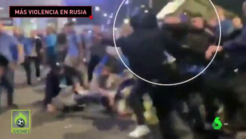Violencia Ultra En El Zenit Vs Krasnodar Intentan Quitar La Porra A Un Policia