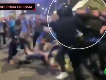 Violencia ultra en el Zenit vs Krasnodar: intentan quitar la porra a un Policía