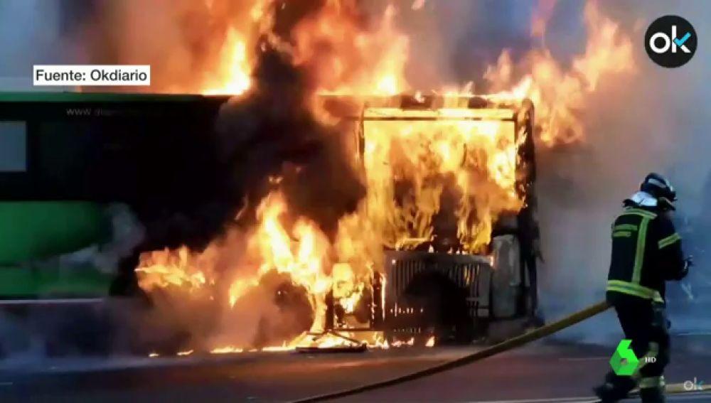 El impresionante incendio de un autobús interurbano en Madrid