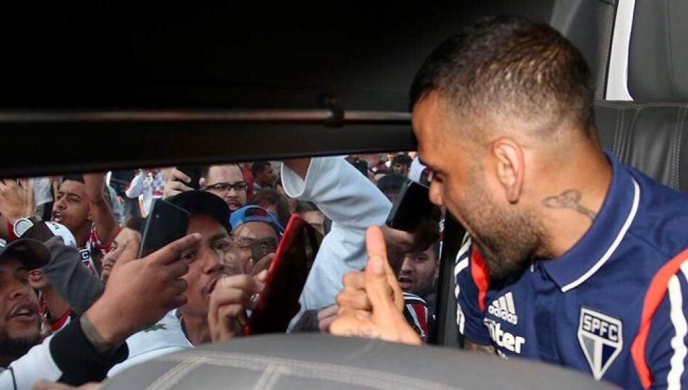 Dani Alves, recibido como un héroe en Sao Paulo