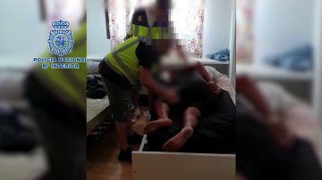 El momento en el que la Policía libera a un individuo secuestrado y detiene a los responsables del rapto