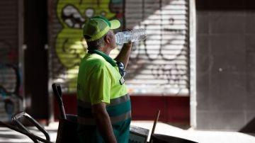 Un trabajador del servicio de limpieza.