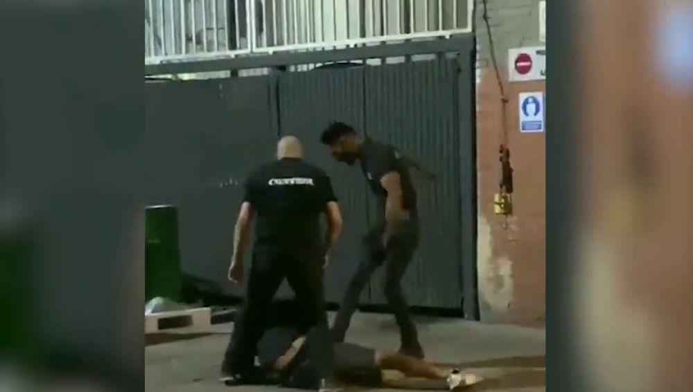 Las imágenes de la agresión de varios vigilantes de seguridad de una discoteca a dos jóvenes en Sabadell