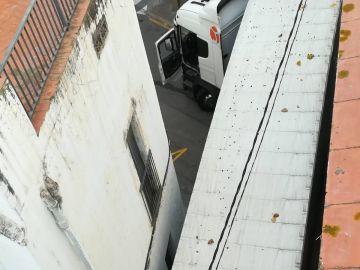El tráiler atrapado en una calle de Sant Pol de Mar