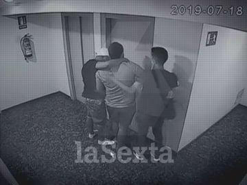 Imagen del momento en que trasladan al joven secuestrado en Seseña