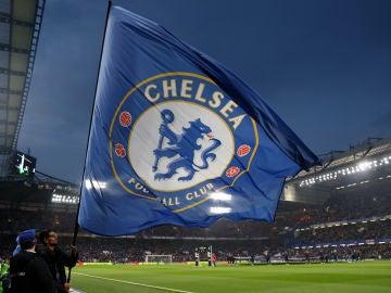 La bandera del Chelsea ondea en Stamford Bridge