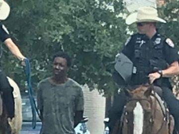 La imagen que ha desatado la polémica en Estados Unidos: dos policías transportan a un hombre negro atado con una cuerda.