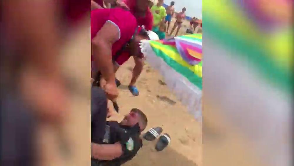 Apuñalan al jefe de la Policía Local de Punta Umbría en una operación contra la venta ambulante
