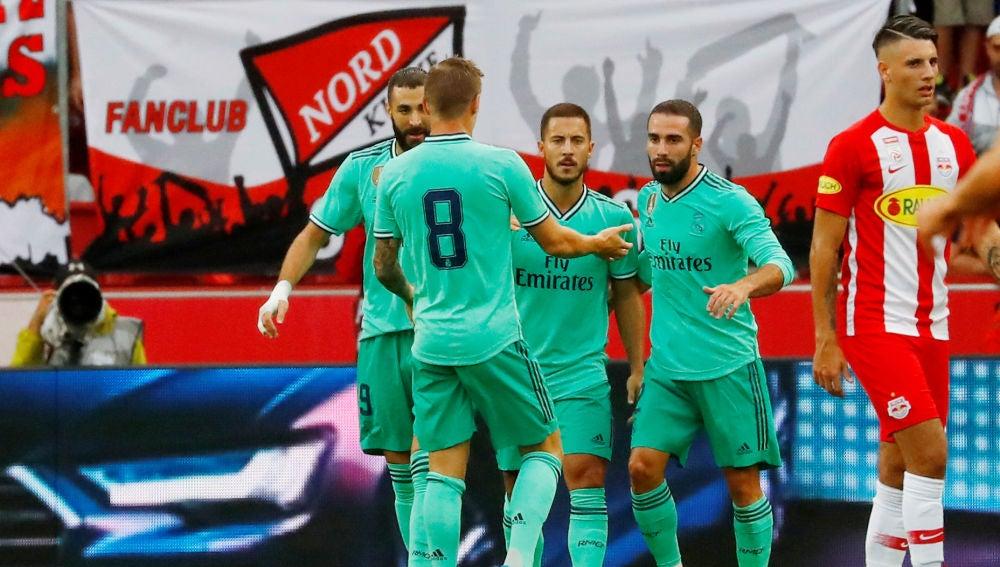 Los jugadores del Real Madrid celebran el primer gol de Hazard como jugador blanco