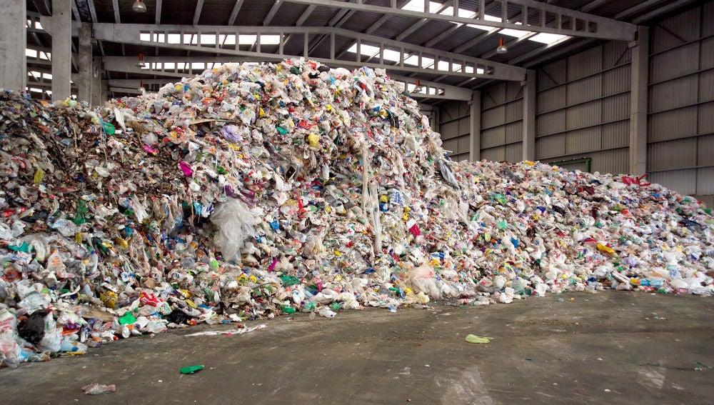 Playa de descarga en un planta de tratamiento de residuos.