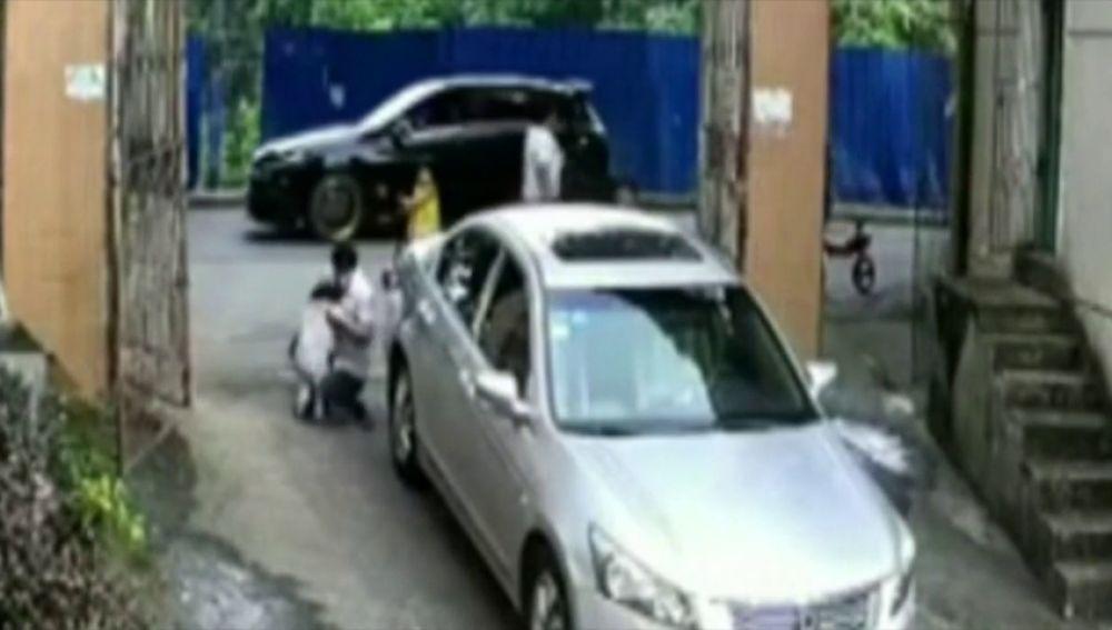 Una niña de tres años sobrevive tras ser arrollada dos veces por un coche