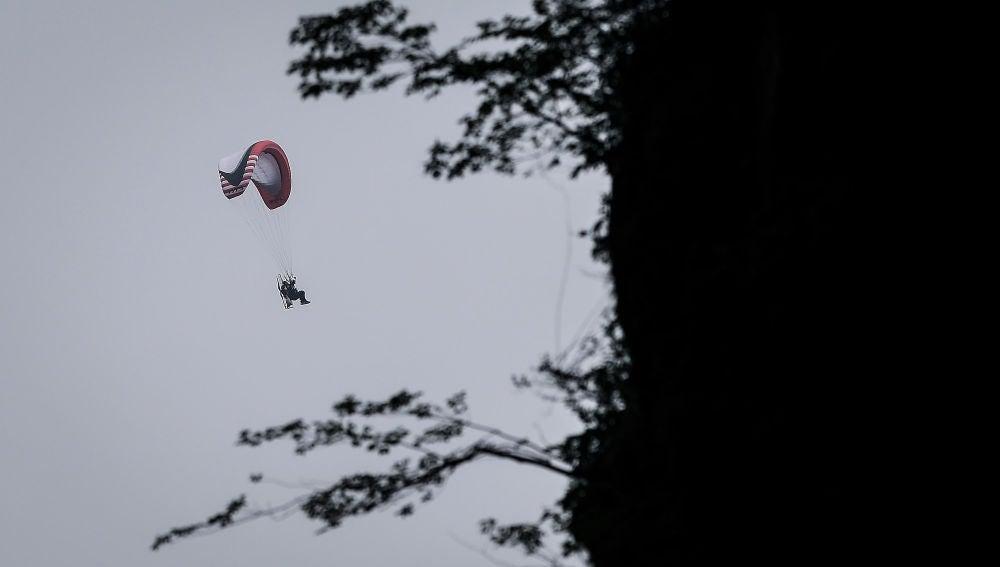Una persona se lanza en paracaídas