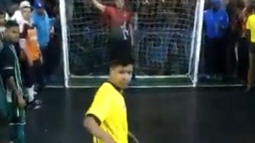 Un jugador se dispone a tirar un penalti en Brasil