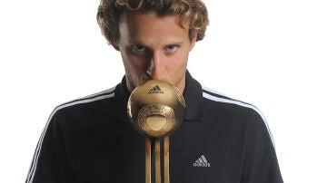 Diego Forlán con el Balón de Oro del Mundial de Sudáfrica