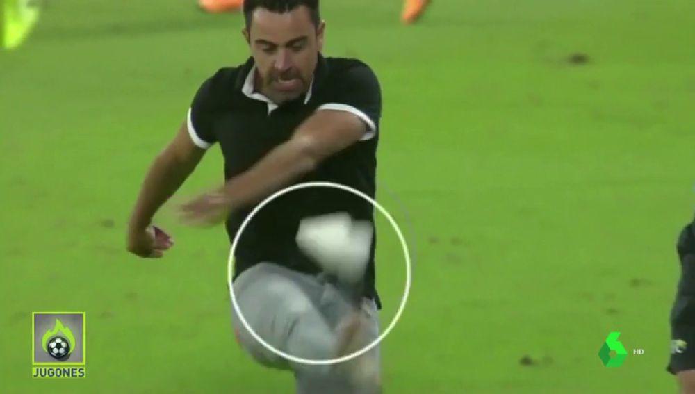 Xavi, contra las cuerdas: patada a una botella y zapatilla por los aires