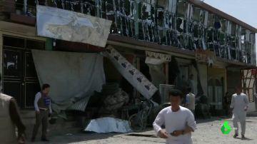 Parte de la fachada de la comisaría afectada por el atentado talibán.