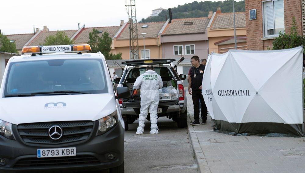 Inmediaciones de la vivienda en la que un hombre ha matado a su hijo y ha herido grave a su pareja