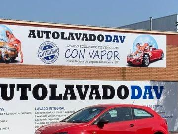 """Cartel publicitario de lavado de coches """"vejatorio"""" para las mujeres"""