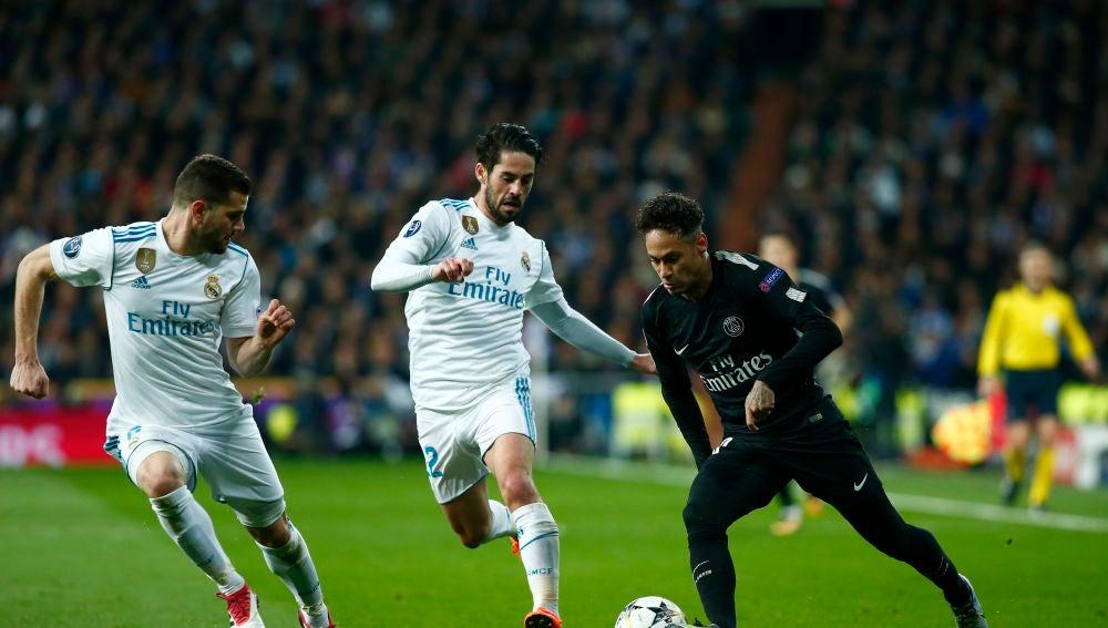 Neymar intenta zafarse de Isco y Nacho durante un partido contra el Real Madrid
