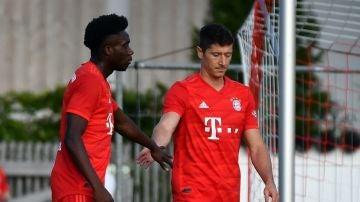 Davies y Lewandowski celebran uno de los 23 goles del partido