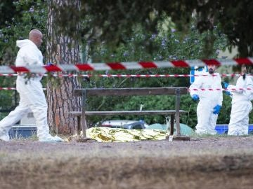 Forenses rodean el cadáver de Fabrizio Piscitelli