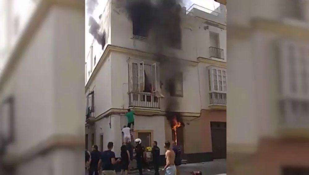 La heroica intervención de un bombero retirado trepando hasta un balcón salva la vida de una mujer
