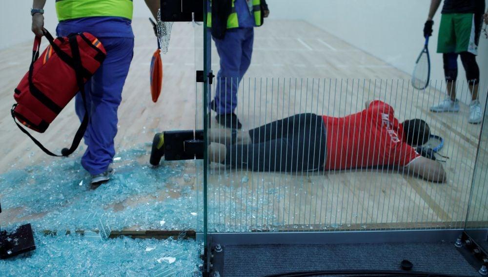 Álvaro Beltrán, tras romper la pared de cristal de la pista de squash