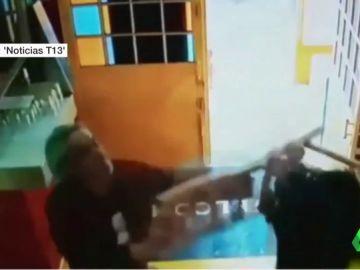El propietario de un restaurante en Santiago de Chile golpea con sillas a unos atracadores