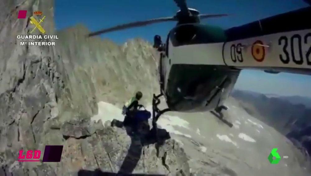 Espectacular rescate de la Guardia Civil a dos montañeros: las aspas rozan las rocas