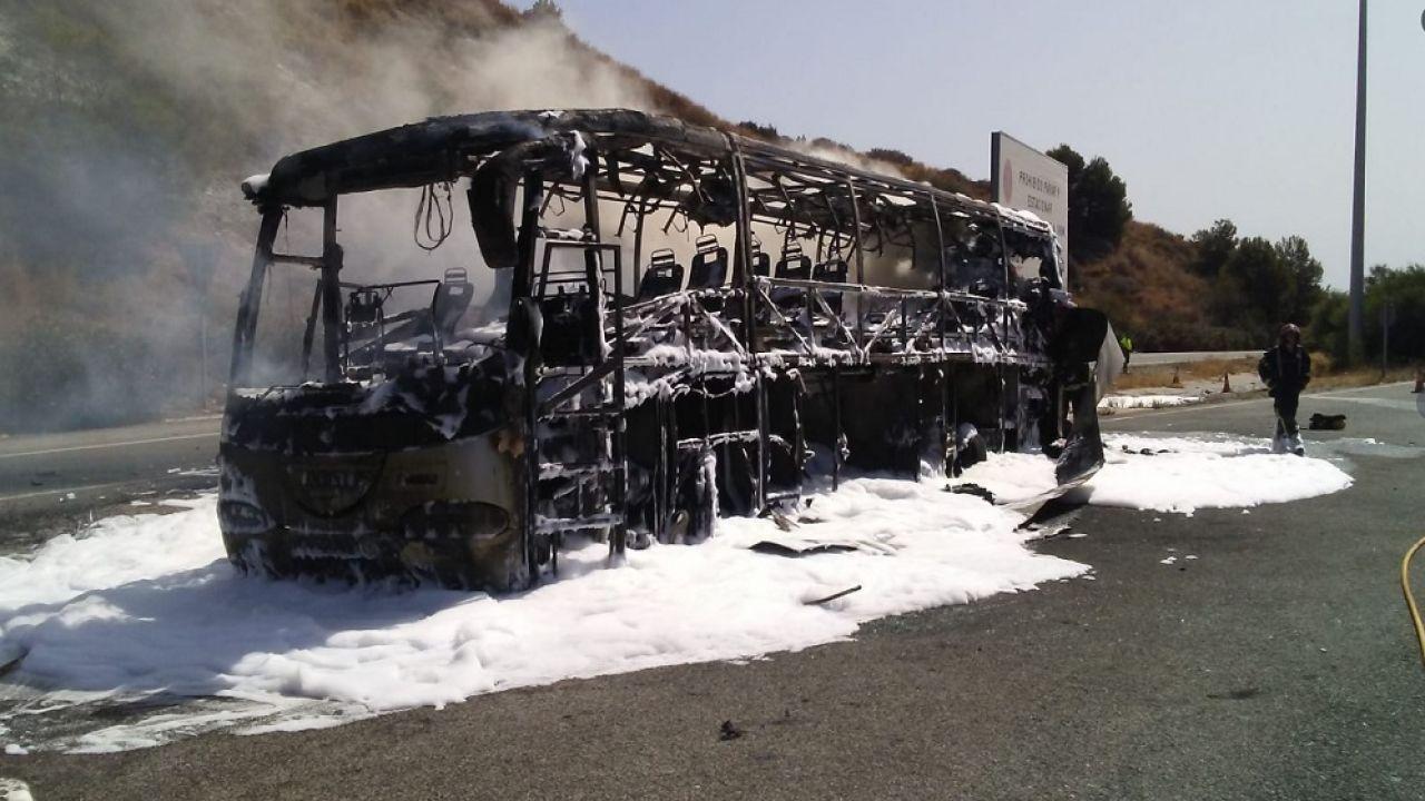 Autobús calcinado en la autopista AP-7 en Mijas