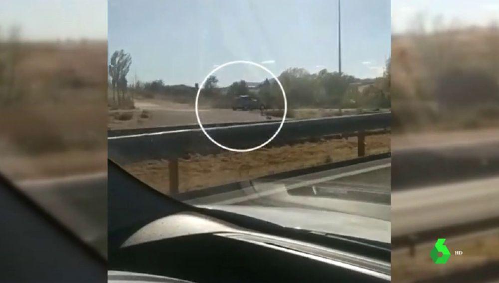 Imágenes de un coche huyendo a gran velocidad por el carril bici