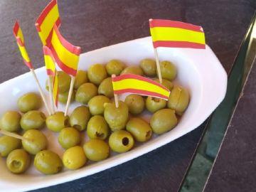 Aceitunas con 'banderines' de España