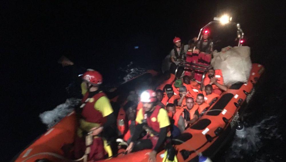 Migrantes rescatados por la tripulación del Open Arms