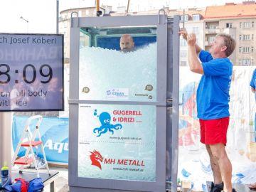 El austríaco Josef Köberl bate el récord mundial permaneciendo de pie más de dos horas dentro de una cabina llena de hielo