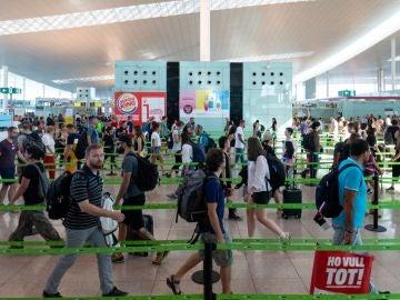 Pasajeros cruzando el control de SEguridad del Aeropuerto de El Prat