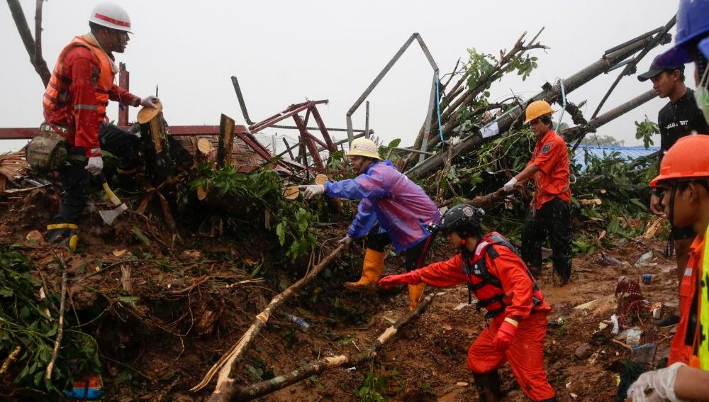 Tareas de búsqueda y rescate tras el corrimiento de tierra en Birmania