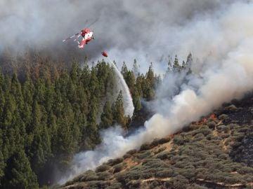 Un helicóptero en el incendio declarado en la zona de Artenara