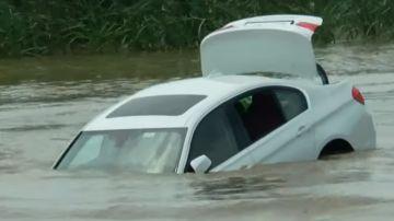 El BMW que el joven arrojó al río, prácticamente hundido