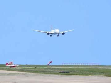 Un Boeing 787, aterrizando