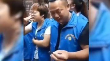 Trabajadores chinos comiendo peces vivos como castigo por su bajo rendimiento