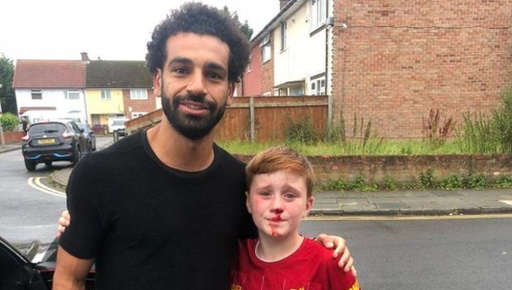 El gesto humano de Salah con el niño que se estrelló contra una farola por ir tras él
