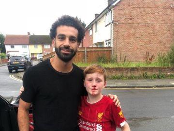 Salah se hace una foto con un joven aficionado