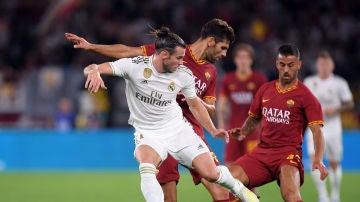 Bale lucha por la posesión del balón con los jugadores de la Roma