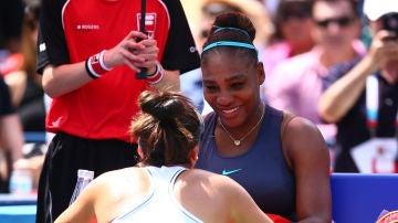 Serena Williams siendo consolada por Bianca Andreescu