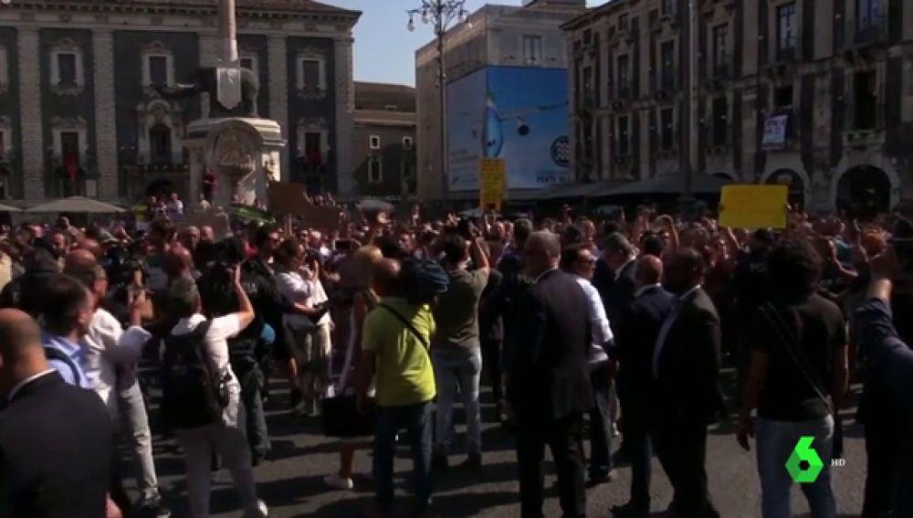 """Protestas al grito de """"bufón"""" contra Matteo Salvini y su política migratoria en Italia"""