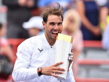 Rafa Nadal muerde el trofeo del Masters 1.000 de Montreal