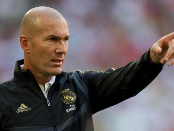 Zinedine Zidane dando instrucciones