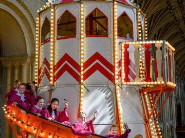 El tobogán instalado en la Catedral de Norwich