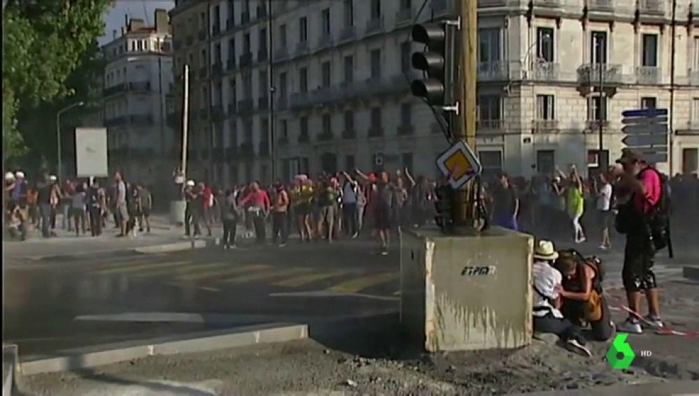 Altercados entre la Policía francesa y los chalecos amarillos durante las protestas contra la cumbre del G7